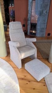 Rahi samasta kankaasta näyttää tyylikkäältä, mutta voidaan tarvittaessa työntää tuolin alle pois tieltä.